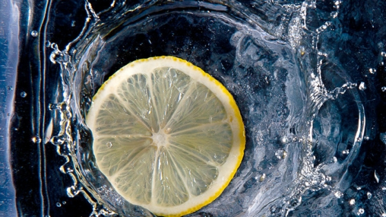 Lemon Slice Splashing in water